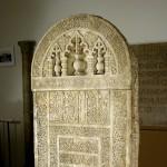 Lápida funerária com inscrições de versículos do Corão