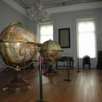 Sala da Índia, com destaque para os globos terrestre e celeste Coronelli